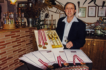 Willi Burgstaller und einige seiner Auszeichnungen.